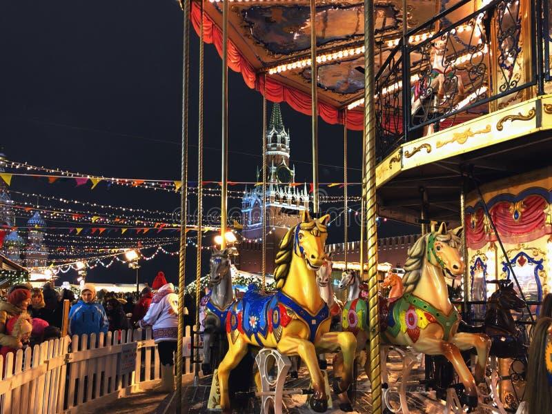 莫斯科市光、Spasskaya塔在红场的编钟和圣诞装饰 图库摄影