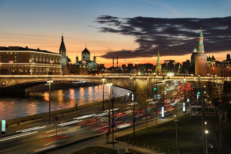 莫斯科市光反对暮色天空的在日落 免版税库存图片