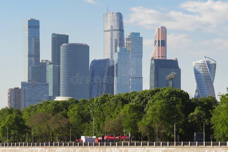 莫斯科市国际商业中心的摩天大楼的看法从莫斯科河的 免版税库存照片
