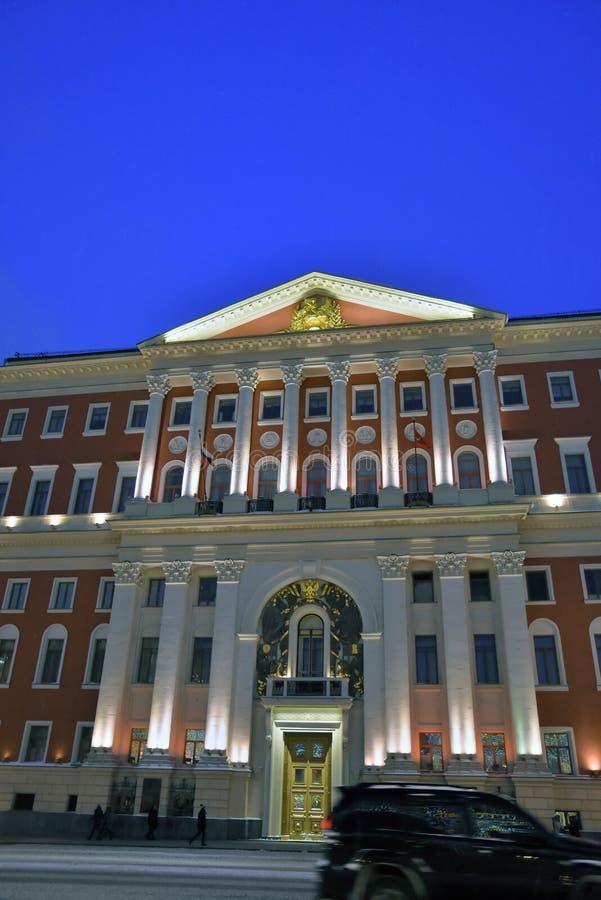 莫斯科市在Tverskaya街上的政府大楼夜照片在莫斯科 库存图片
