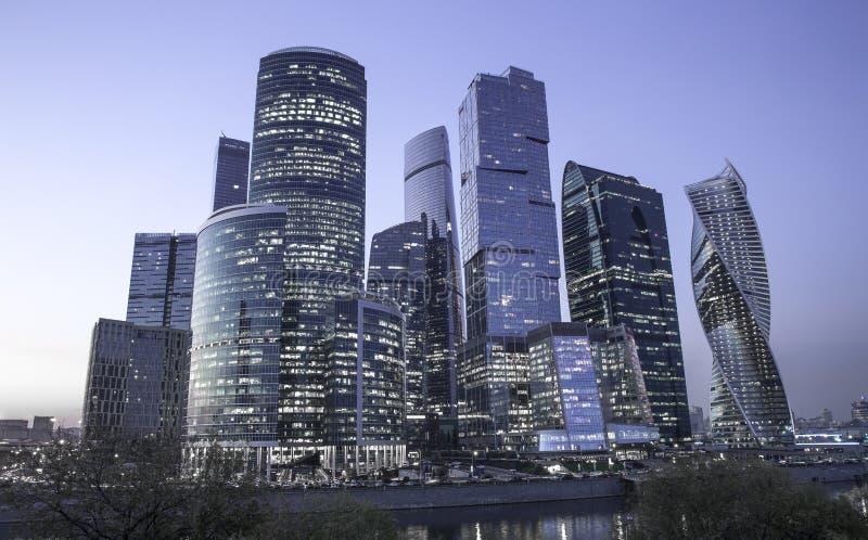 莫斯科市-莫斯科国际商业中心在晚上 库存图片