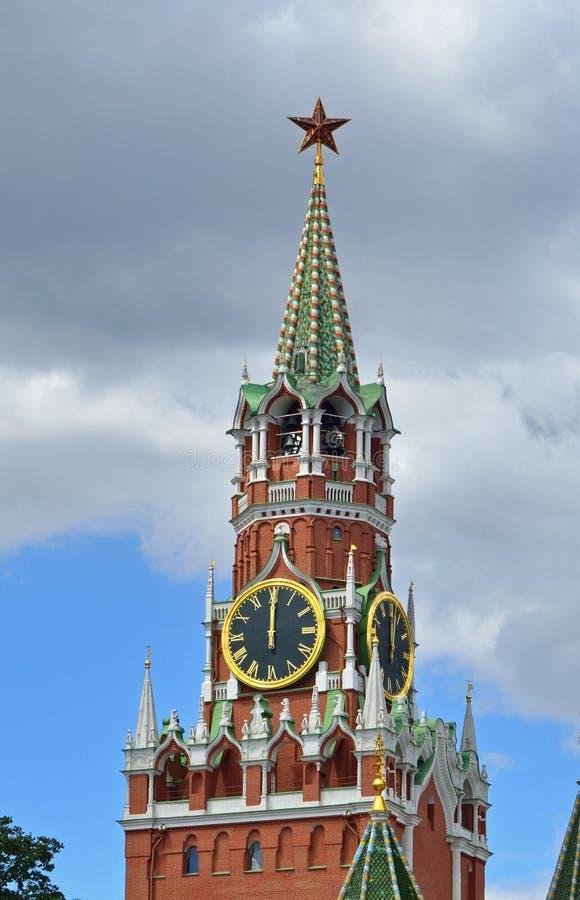 莫斯科时间是12个小时 在克里姆林宫斯帕斯基塔的时钟  免版税库存图片