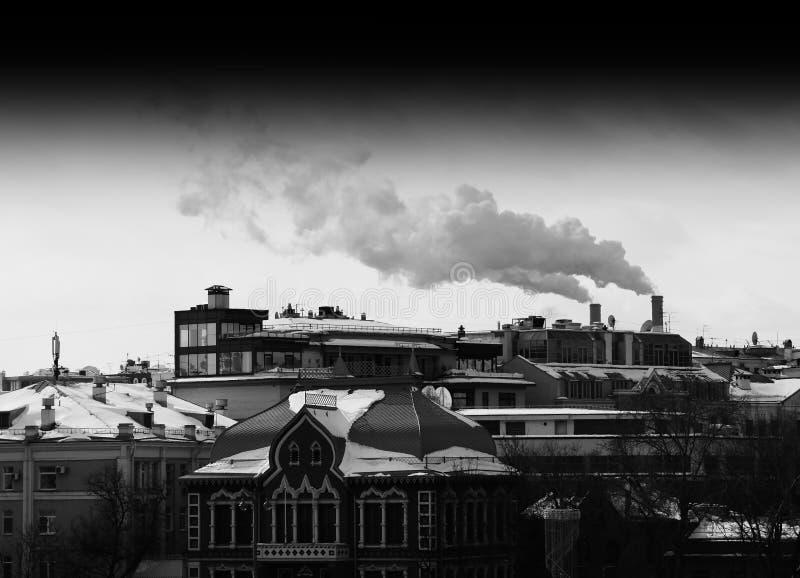 莫斯科有烟囱烟背景的葡萄酒屋顶 免版税库存照片