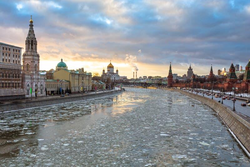 莫斯科河和克里姆林宫堤防在冬天 免版税库存照片