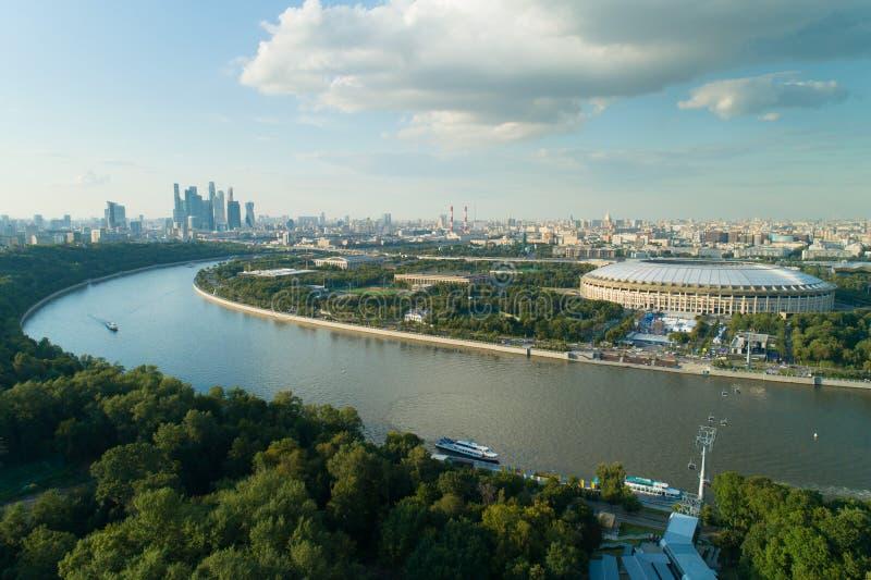 莫斯科河都市风景和体育场鸟瞰图  免版税库存图片
