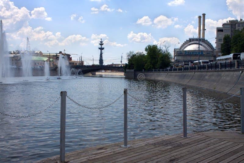 莫斯科河 在莫斯科河的喷泉在Bolotnaya堤防附近 免版税库存图片