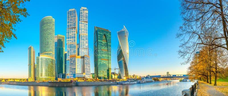 莫斯科的商业中心的摩天大楼的全景从莫斯科河的堤防的 免版税库存照片
