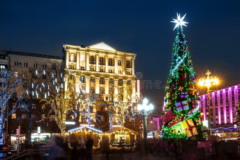 莫斯科街道的夜照明在圣诞前夕的 库存图片
