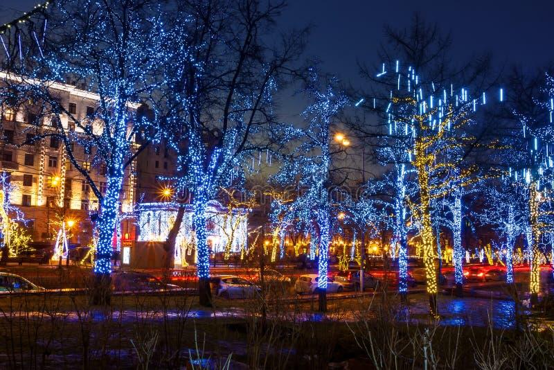 莫斯科街道的夜照明在圣诞前夕的 图库摄影