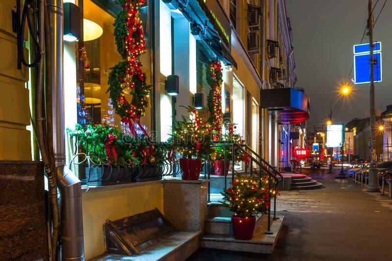 莫斯科街道的夜照明在圣诞前夕的 免版税图库摄影