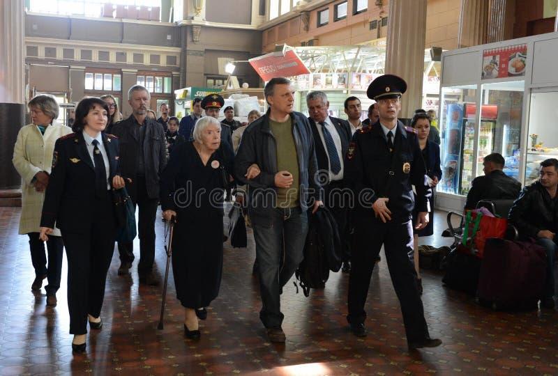 莫斯科赫尔辛基小组Lyudmila Alekseeva的主席在莫斯科检查基辅火车站的安全级别 库存照片