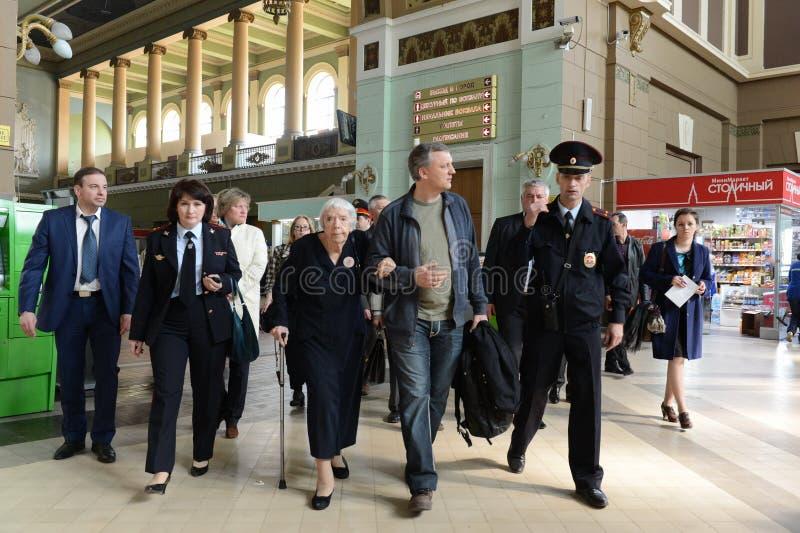 莫斯科赫尔辛基小组Lyudmila Alekseeva的主席在莫斯科检查基辅火车站的安全级别 免版税库存照片