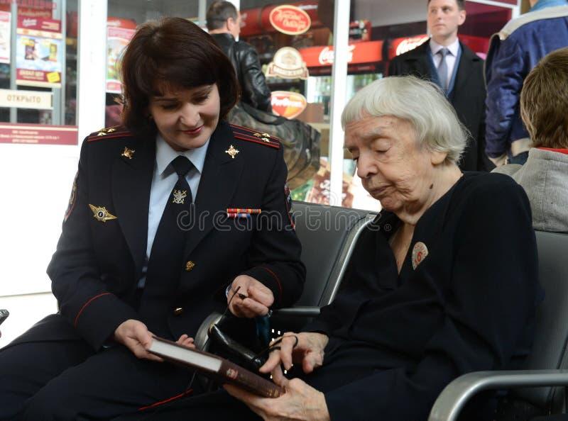 莫斯科赫尔辛基小组Lyudmila Alekseeva的主席在莫斯科检查基辅火车站的安全级别 免版税库存图片