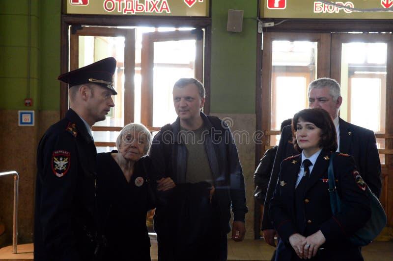 莫斯科赫尔辛基小组Lyudmila Alekseeva的主席在莫斯科检查基辅火车站的安全级别 库存图片
