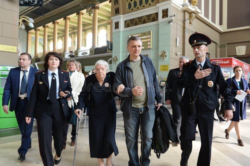 莫斯科赫尔辛基小组Lyudmila Alekseeva的主席在莫斯科检查基辅火车站的安全级别 免版税图库摄影