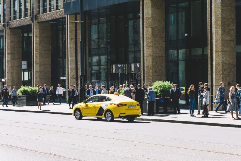 莫斯科,俄罗斯—2019年5月27日:Yandex近出租汽车汽车在Tverskaya街道上的莫斯科 免版税库存图片