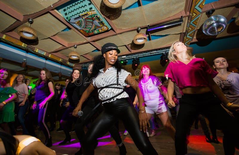 莫斯科,俄罗斯联邦- 2018年10月13日:古巴舞蹈老师举办在辣调味汁的主要在夜clu的类和reggaeton 免版税库存照片