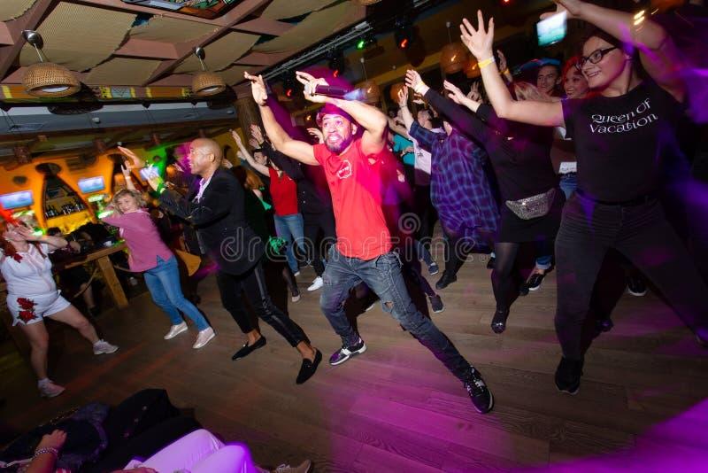 莫斯科,俄罗斯联邦- 2018年10月13日:古巴舞蹈老师举办在辣调味汁的主要在夜clu的类和reggaeton 库存照片