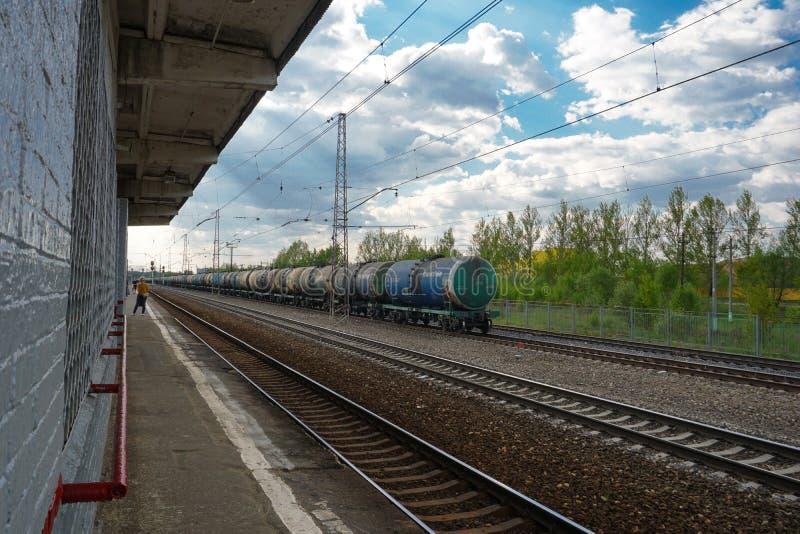 莫斯科,俄罗斯,回家在从火车站的工作以后,等待下,莫斯科郊外 库存图片