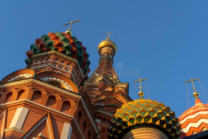 莫斯科,俄罗斯,红场 圣明亮的天空的蓬蒿的大教堂看法  库存照片