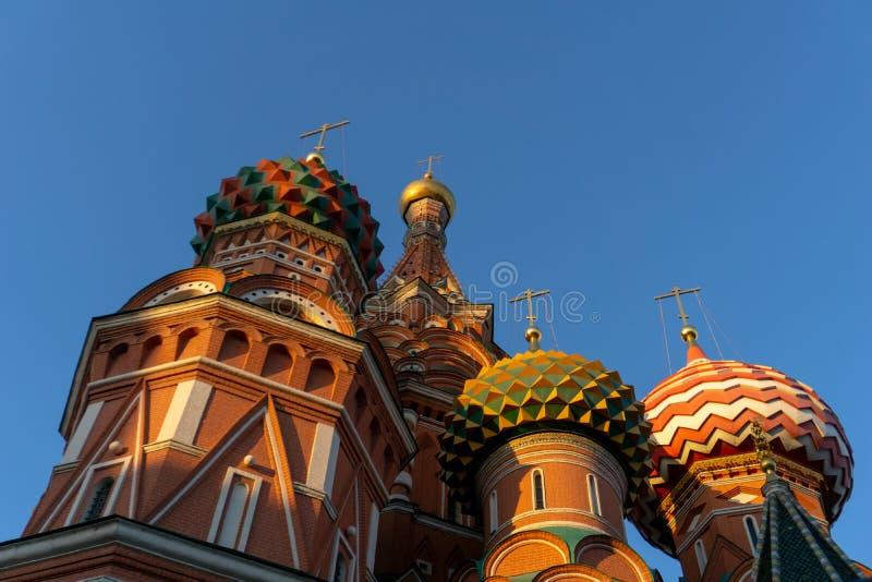 莫斯科,俄罗斯,红场 圣明亮的天空的蓬蒿的大教堂看法  免版税库存照片