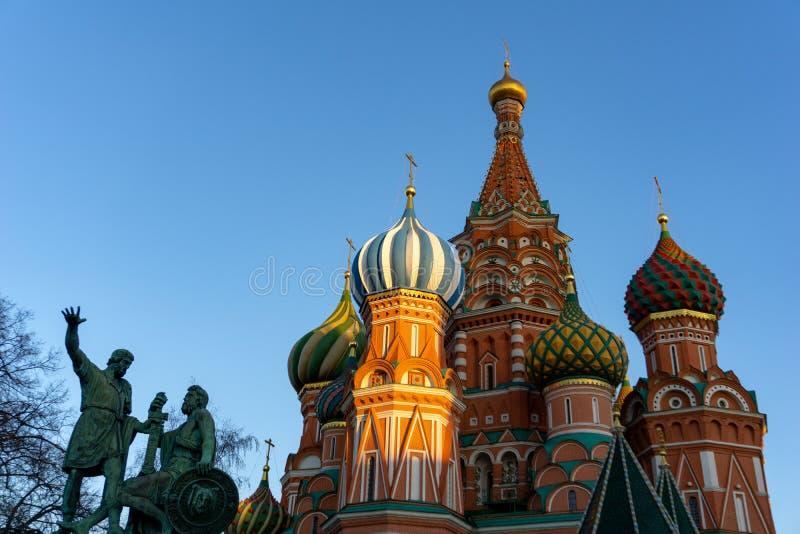 莫斯科,俄罗斯,红场 圣Basil& x27看法;明亮的天空的s大教堂 图库摄影