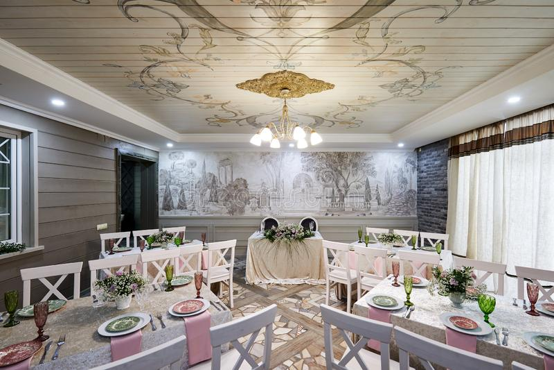 莫斯科,俄罗斯,02 01 2019年:为美好用餐或其他作用设施设置的婚姻的宴会大厅 免版税库存照片