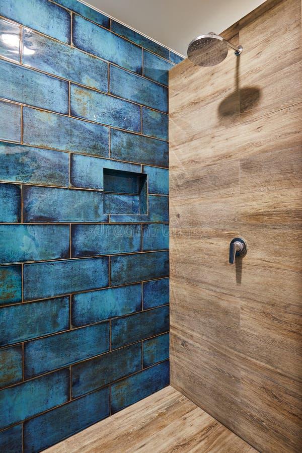 莫斯科,俄罗斯,01 01 2018年:现代淋浴喷头内部在卫生间里在家 卫生间现代设计  免版税库存图片
