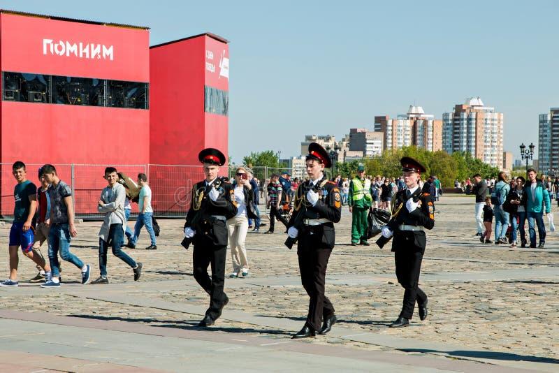 莫斯科,俄罗斯, 2018年5月9日:礼服的年轻军校学生以纪念胜利天庆祝 库存照片