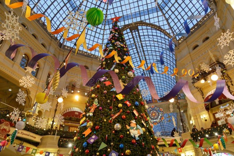 莫斯科,俄罗斯,2018年12月4日:胶的新年和圣诞装饰在莫斯科,俄罗斯 圣诞树和 库存图片