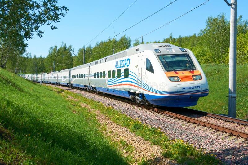 莫斯科,俄罗斯, 2010年7月12日:高速火车Pendolino Sm6急速的乐章在铁路测试圆环跑 白色高速火车 免版税图库摄影