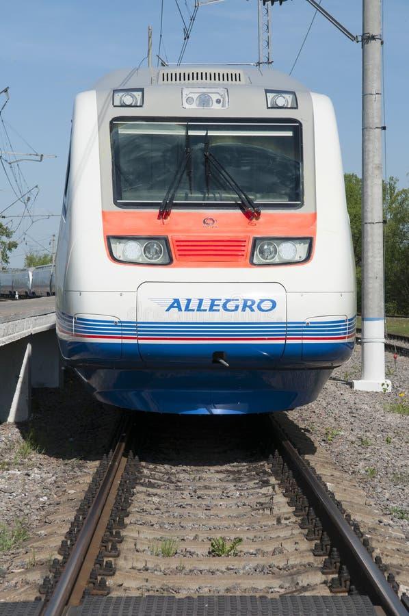 莫斯科,俄罗斯, 2010年7月12日:高速火车Pendolino Sm6急速的乐章在铁路测试圆环跑 白色高速火车 免版税库存图片