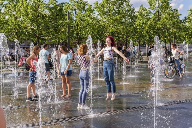 莫斯科,俄罗斯,2019年6月02日 十几岁的女孩在城市公园的喷泉嬉戏 免版税库存照片