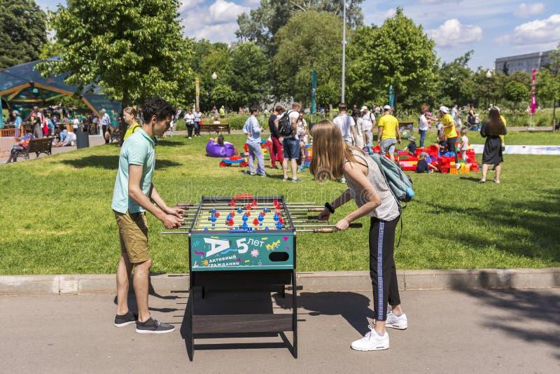 莫斯科,俄罗斯,2019年6月02日 少年在城市公园踢桌橄榄球 免版税库存照片