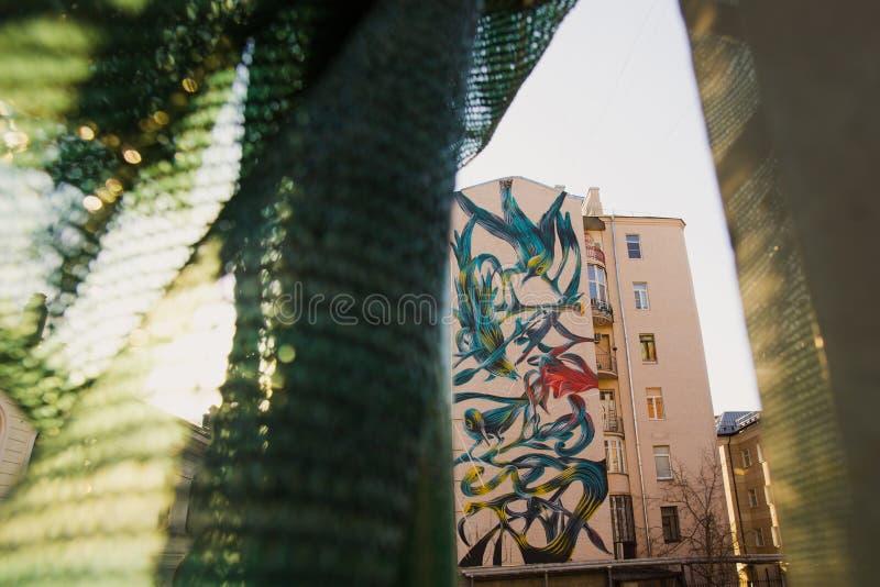 莫斯科,俄罗斯, 2015年6月, 20日 俄国场面:与异乎寻常的鸟和植物的美好的街道画从安东尼奥科雷亚(pant0ni0) 免版税库存图片