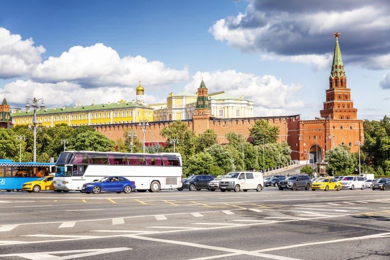 莫斯科,俄罗斯,08/06/2019:在路的交通在克里姆林宫附近 好日子,美好的都市风景 库存图片