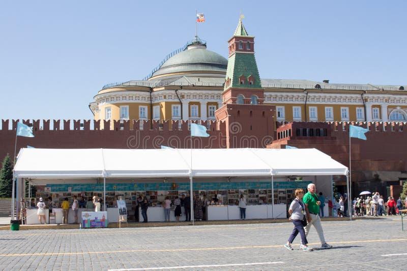 莫斯科,俄罗斯:在红场的开放书市在莫斯科-书大节日  库存照片