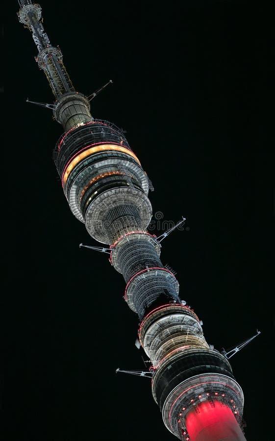 莫斯科,俄罗斯:奥斯坦基诺电视塔在莫斯科在晚上照亮了 免版税库存照片