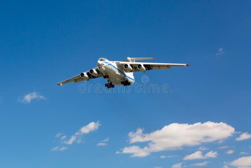 莫斯科,俄罗斯-俄国货机伊柳申伊尔-76着陆在谢列梅2,反对蓝天的莫斯科机场 库存照片