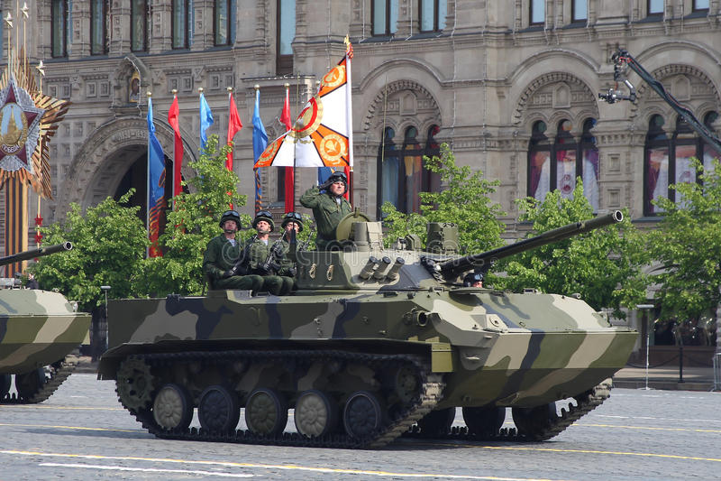 莫斯科,俄罗斯-可以09日2008年:胜利在红场的天WWII游行的庆祝 军用设备庄严的段落,飞行 库存图片