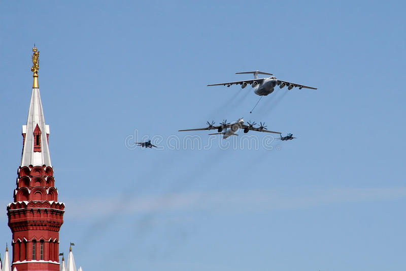 莫斯科,俄罗斯-可以09日2008年:胜利在红场的天WWII游行的庆祝 军用设备庄严的段落,飞行 库存照片