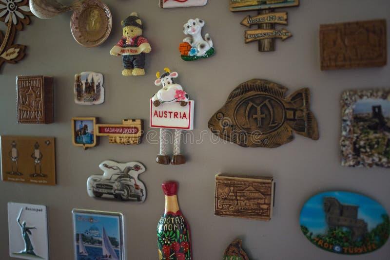 莫斯科,俄罗斯- 06 04 2018年:在冰箱门,旅行记忆的纪念品磁铁  库存图片