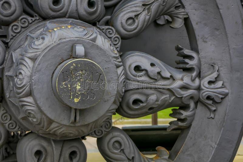 莫斯科,俄罗斯2018年4月, 29日:关闭古老大炮炮架轮子  收藏显示外国 库存图片