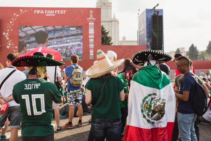 莫斯科,俄罗斯- 2018年6月:与国旗和阔边帽观看的比赛墨西哥-韩国的墨西哥爱好者 库存照片