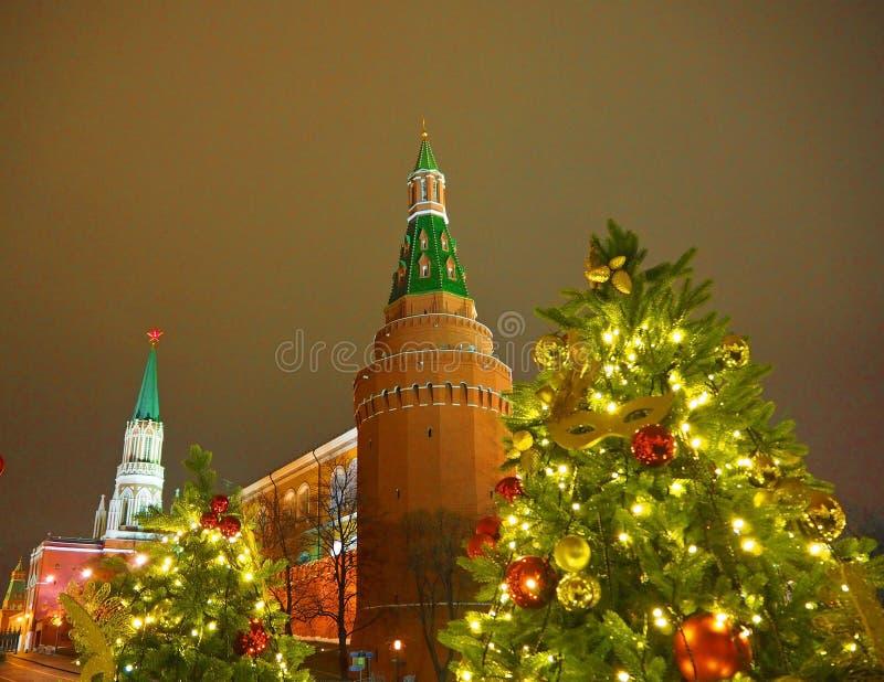 莫斯科,俄罗斯- 2018年1月:圣诞节照明设备和装饰的圣诞树在驯马场广场在城市的中心 免版税库存照片