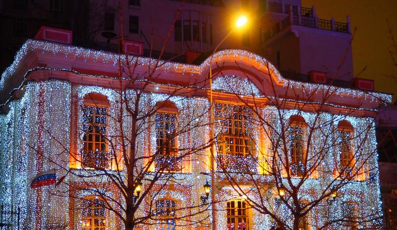 莫斯科,俄罗斯- 2018年1月:莫斯科街道的圣诞装饰  欢乐地装饰的大厦在莫斯科的中心 库存照片