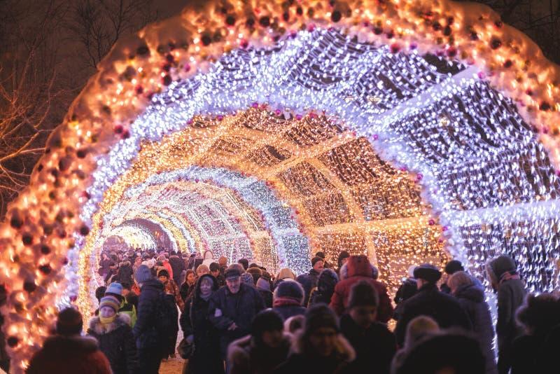 莫斯科,俄罗斯- 2017年1月 城市街道用美好,明亮的新年的设施装饰 库存照片