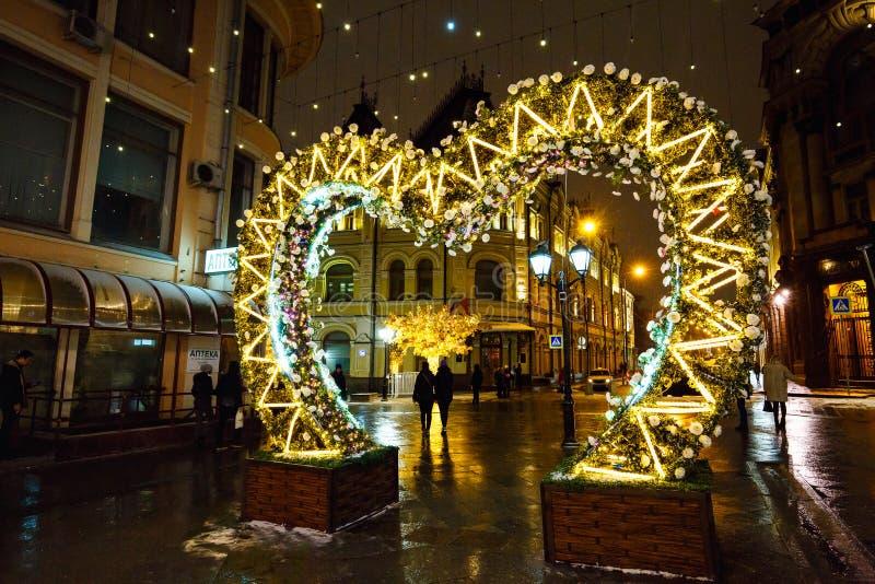 莫斯科,俄罗斯- 2016年11月4日:与圣诞灯和有启发性树的街道装饰在冬天夜 库存照片