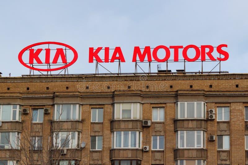 莫斯科,俄罗斯- 2018年3月25日:与韩国车厂起亚商标的广告牌在大厦屋顶开汽车 库存图片
