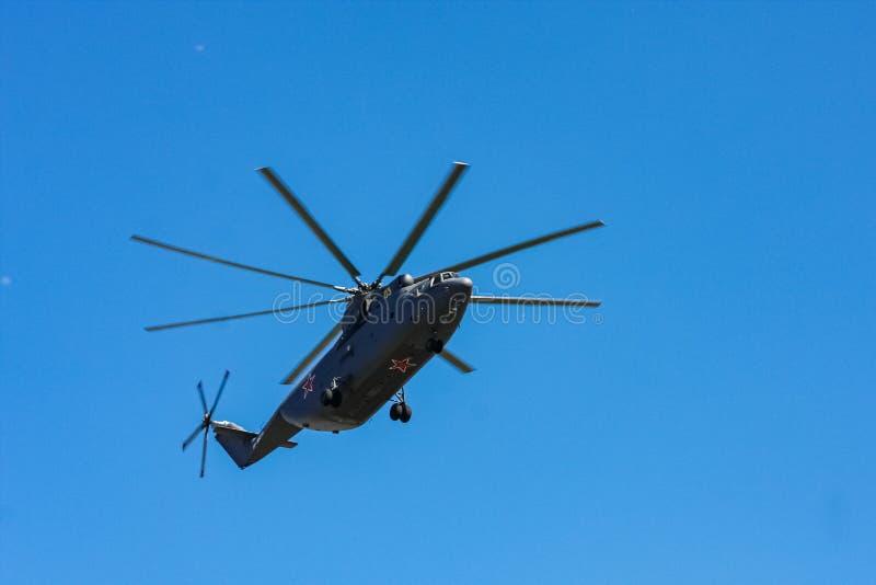 莫斯科,俄罗斯- 2014年5月09日:世界的最大的重的多角色运输直升机米-26 胜利游行2014 i的航空零件 免版税图库摄影
